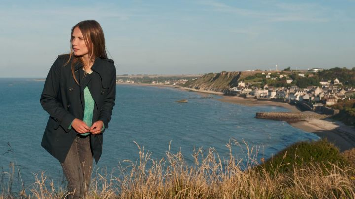 The edge of the sea in Arromanches les Bains in The beautiful world (Ana Girardot) - Movie Outfits and Products