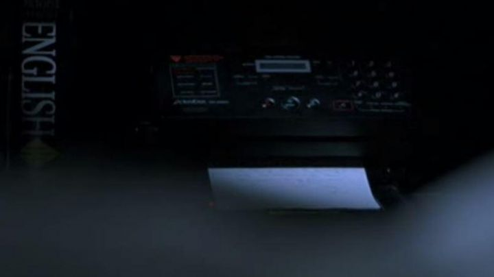 The fax light turns on 4h20 in the morning in Lost in Translation - Movie Outfits and Products