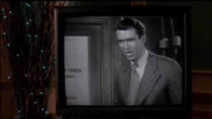 The film in black-and-white looked at Paris by the family McAllister in Mom, I missed the plane - Movie Outfits and Products