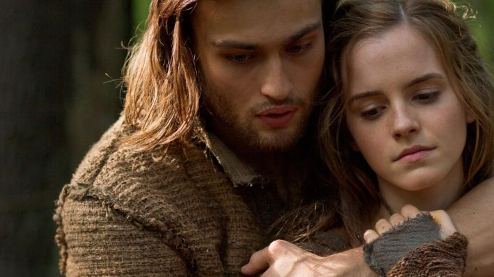 The fingerless Ila (Emma Watson) in Noah - Movie Outfits and Products