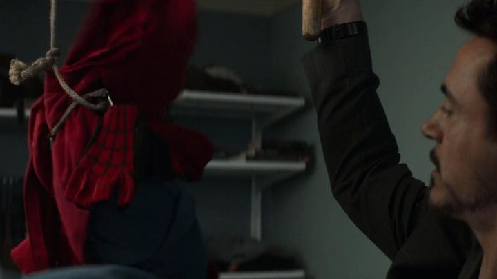 The first costume craftsmanship of Peter Parker / Spider-Man (Tom Holland) in Spider-Man : Homecoming