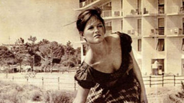 The flounced top of Claudia Cardinale in girl with a suitcase - Movie Outfits and Products