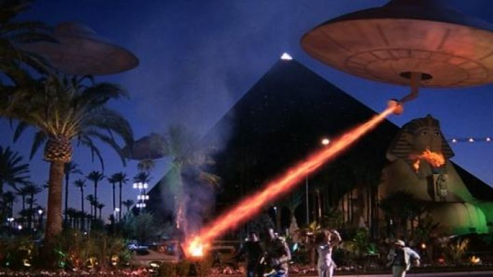 Fashion Trends 2021: The flying saucer in Mars Attacks!
