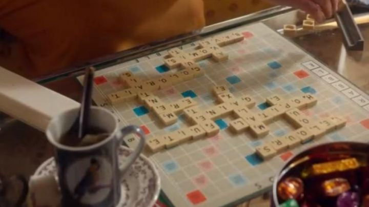 The game of Scrabble which plays Jacqueline Mazerin (Josiane Balasko) in the movie Back to my mother's house - Movie Outfits and Products