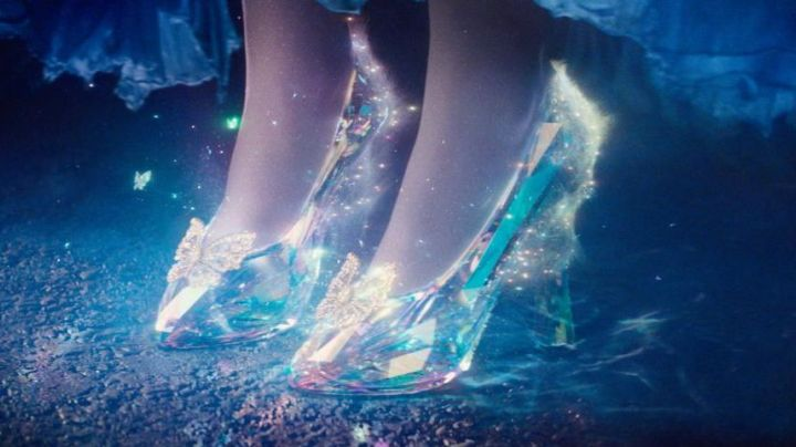 The glass slipper (version Swarowski) Cinderella / Ella (Lily James) in the movie Cinderella - Movie Outfits and Products