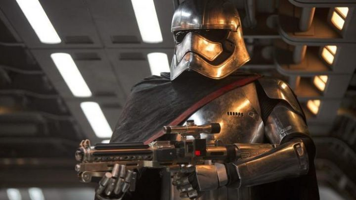 """Fashion Trends 2021: The gloves of Captain Phasma (Gwendoline Christie) in """" Star Wars VII : The awakening of the force"""