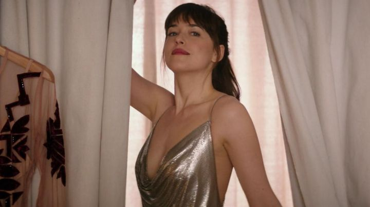 The gold colour of Anastasia Steele (Dakota Johnson) in Fifty shades lighter - Movie Outfits and Products