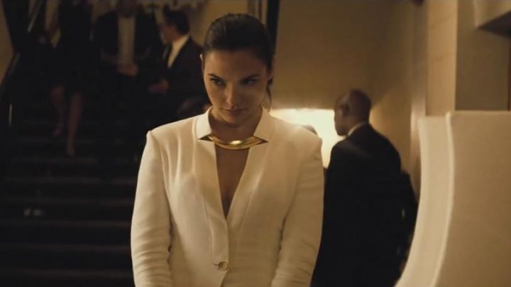 The gold necklace of Diana Prince (Gal Gadot) in Wonder Woman movie