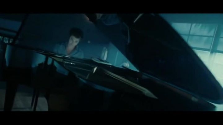 The grand Piano Kawai Edward Cullen (Robert Pattinson) in Twilight - Movie Outfits and Products