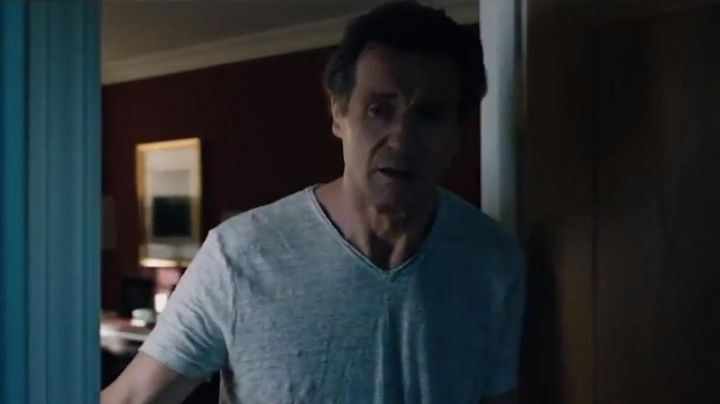 The gray t-shirt V-neck Michael Woolrich (Liam Neeson) in The Passenger - Movie Outfits and Products