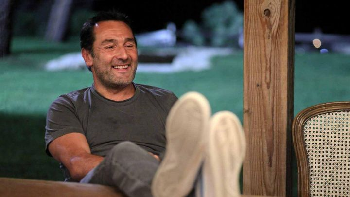 The gray t-shirt of Eric (Gilles Lellouche) in We will end up together Movie