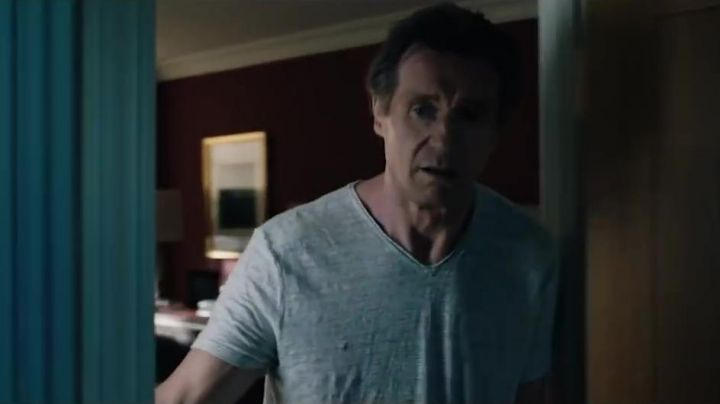 The gray t-shirt with V-neck Michael Woolrich (Liam Neeson) in The Passenger (Commuter) Movie