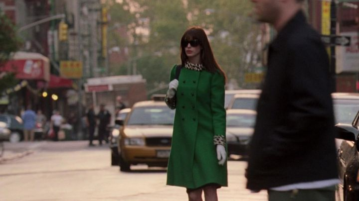 The green blanket with collar leopard Andrea Sachs (Anne Hathaway) in The devil wears Prada movie
