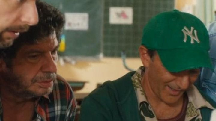 The green cap of the New York Yankees Denis (Elie Semoun) in the film A village almost perfect - Movie Outfits and Products