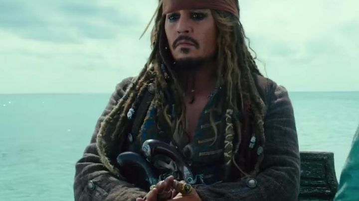 The green collar of Jack Sparrow (Johnny Depp) in Pirates of the Caribbean 5 - Movie Outfits and Products