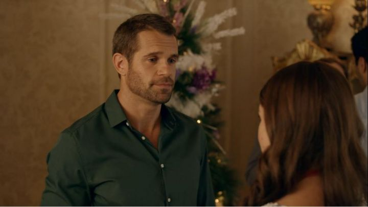 The green shirt of Connor (Stephen Huszar) in Marriage under the snow Movie