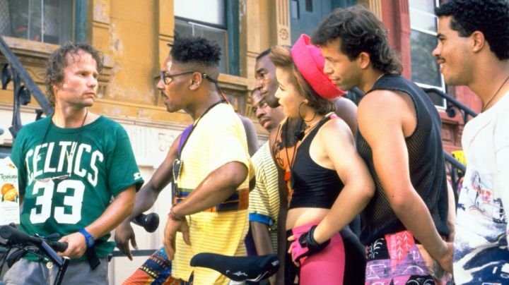 """The green t-shirt Starter """"33 Larry Bird"""" Boston Celtics Clifton (John Savage) in Do the right Thing - Movie Outfits and Products"""