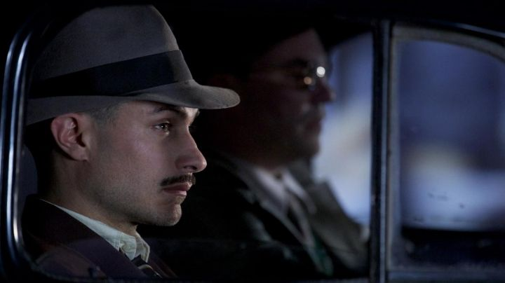 The grey hat of Oscar Peluchonneau (Gael García Bernal) in Neruda - Movie Outfits and Products