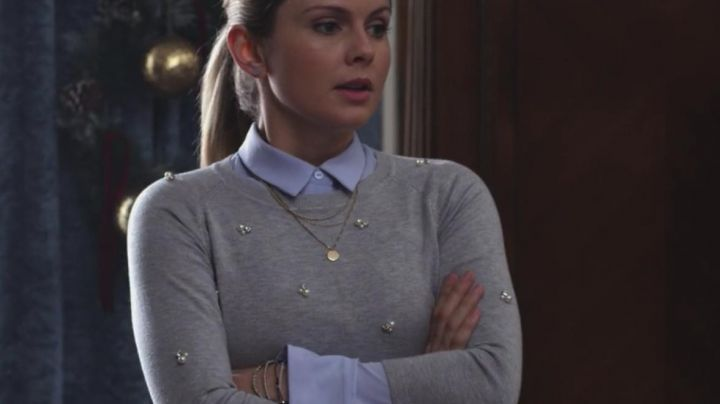 The grey sweatshirt with pearls of Amber (Rose McIver) in A Christmas Prince - Movie Outfits and Products