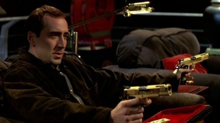 The guns in gold of Castor Troy (Nicolas Cage) in Volte/​Face movie