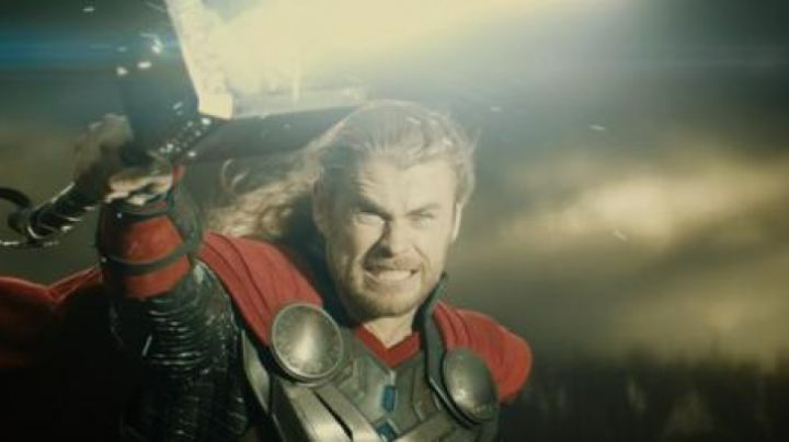 The hammer emblematic of Thor (Chris Hemsworth) in Thor : the dark world, The - Movie Outfits and Products