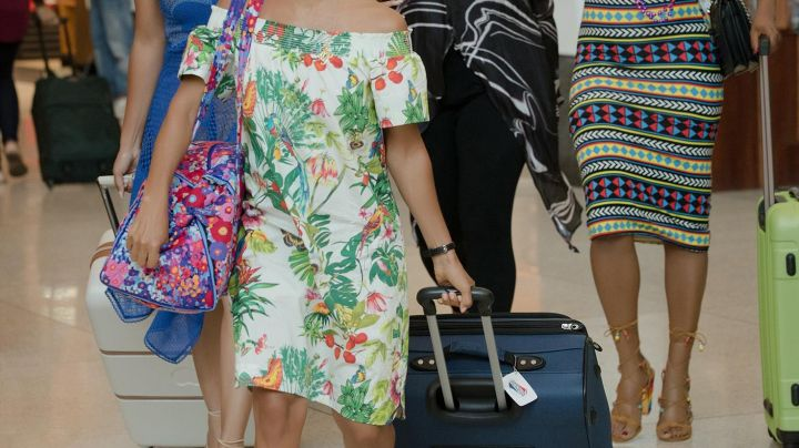 The heeled sandals and multi-coloured Dina (Tiffany Haddish) in Girls trip - Movie Outfits and Products