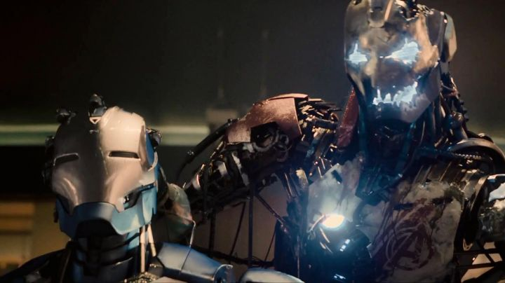 The helmet damaged Ultron (James Spader) in Avengers : Age of Ultron - Movie Outfits and Products