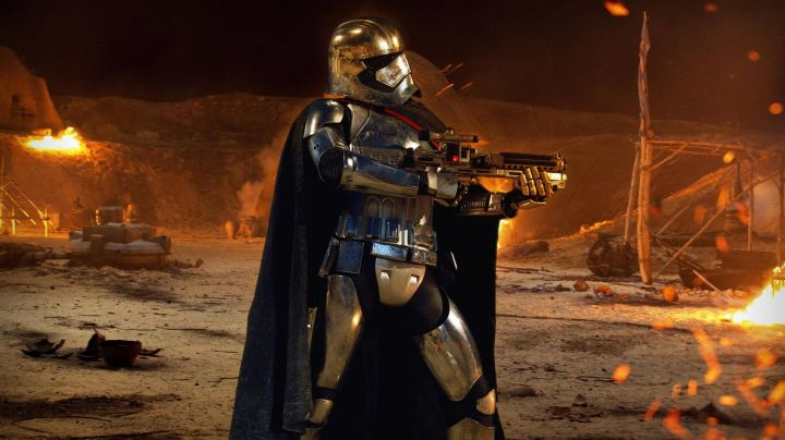 """Fashion Trends 2021: The helmet of Captain Phasma (Gwendoline Christie) in """" Star Wars VII : The Awakening of the Force"""