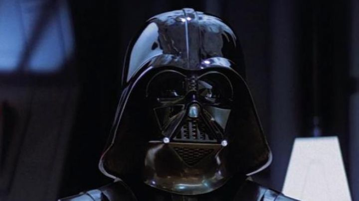 The helmet of Darth Vader ceramic in Star Wars V : The Empire strikes back