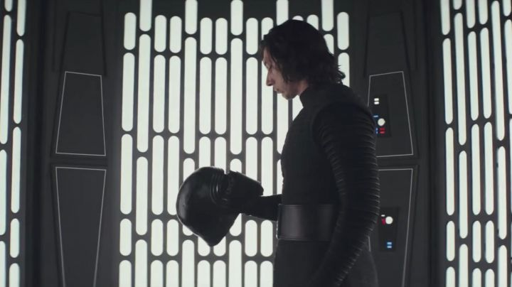 The helmet of Kylo Ren (Adam Driver) in Star Wars VIII : The last Jedi - Movie Outfits and Products