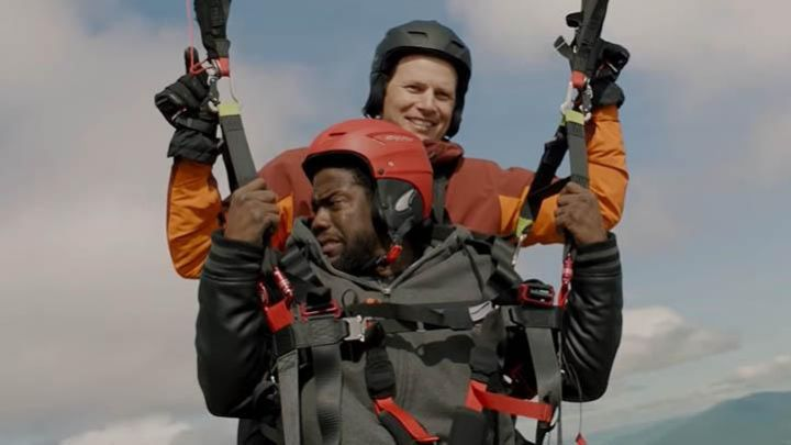 The helmet paragliding red Dell Scott (Kevin Hart) in The Upside Movie