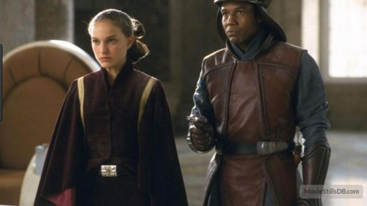 The holding bordeaux to Padmé Amidala (Natalie Portman) in Star Wars I : The phantom menace - Movie Outfits and Products