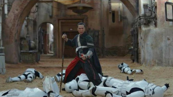 The holding of Chirrut Imwe (Donnie Yen) in Rogue One : A Star Wars Story - Movie Outfits and Products