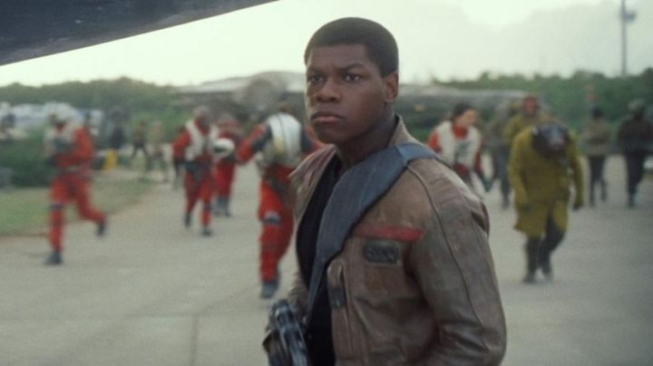 The holding of Finn (John Boyega in Star Wars VII : The awakening of the force - Movie Outfits and Products