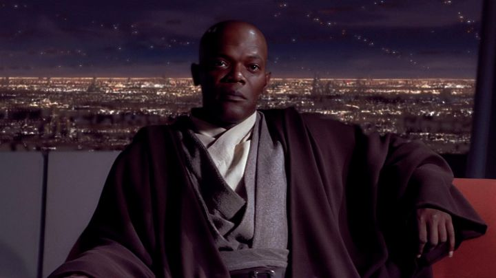 The holding of Jedi Mace Windu (Samuel L. Jackson) in Star Wars I : The phantom menace - Movie Outfits and Products