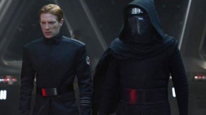 The holding of the General Hux (Domhnall Gleeson in Star Wars VII : The awakening of the Force - Movie Outfits and Products