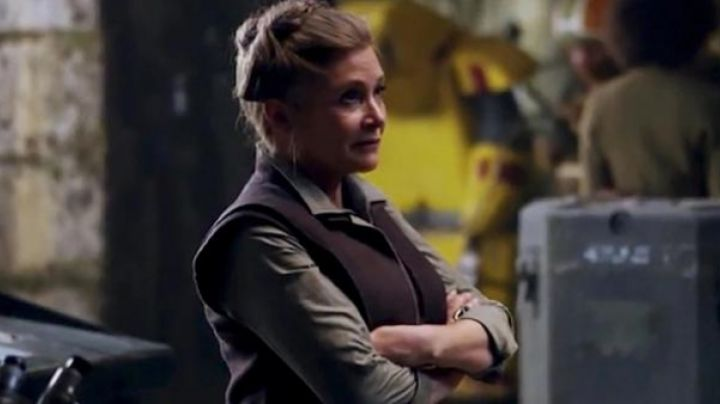 The holding of the general Leia Organa (Carrie Fisher) in Star Wars VII : The awakening of the force - Movie Outfits and Products