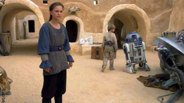 The holding of the handmaiden on Tatooine, of Padme Amidala (Natalie Portman) in Star Wars I - Movie Outfits and Products