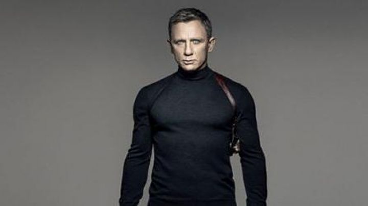 The holster shoulder brown leather James Bond (Daniel Craig) on the displayed Spectrum - Movie Outfits and Products