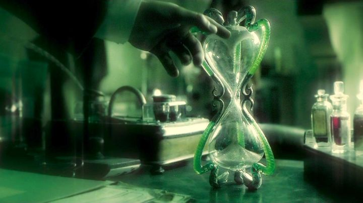 The hourglass of professor Slughorn (Jim Broadbent) in Harry Potter and the half-Blood prince movie