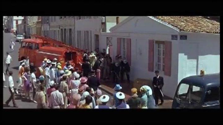 The house of the crime in The young girls of Rochefort - Movie Outfits and Products