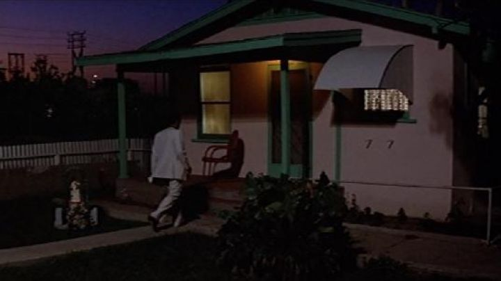 The house of the mother of Tony Montana (Al Pacino) in Scarface - Movie Outfits and Products
