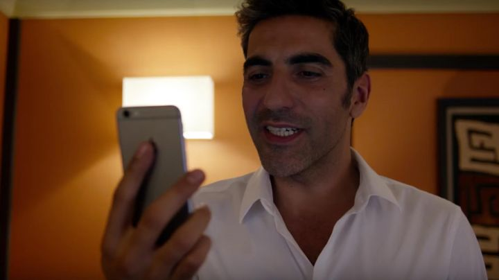 The iPhone 6S in José Fernandez (Ary Abittan) in Landing Immediate - Movie Outfits and Products