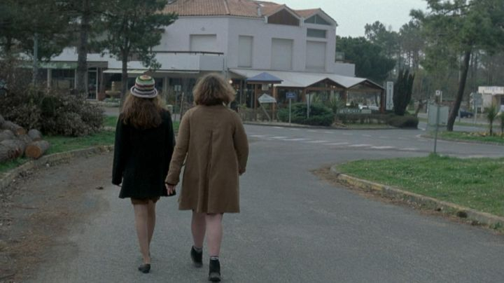The intersection of the avenue of the Iris and the Avenue of Angoumois in the commune of Mathes in the film To my sister! - Movie Outfits and Products