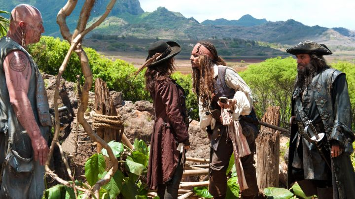 Fashion Trends 2021: The jacket bordeaux red Angelica (Penelope Cruz) in Pirates of the caribbean 4