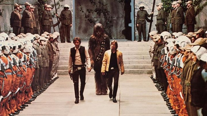 The jacket ceremony yellow of Luke Skywalker (Mark Hamill) in Star wars - Movie Outfits and Products