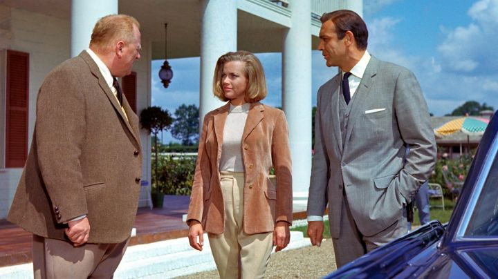 Fashion Trends 2021: The jacket corduroy beige of Pussy Galore (Honor Blackman) in Goldfinger