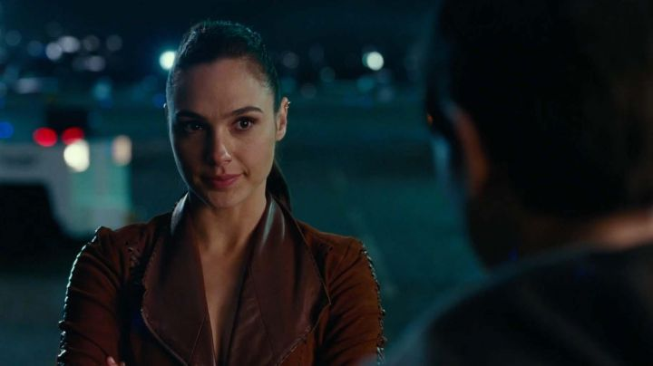 The jacket in the velvet of Diana Prince / Wonder Woman (Gal Gadot) Justice League
