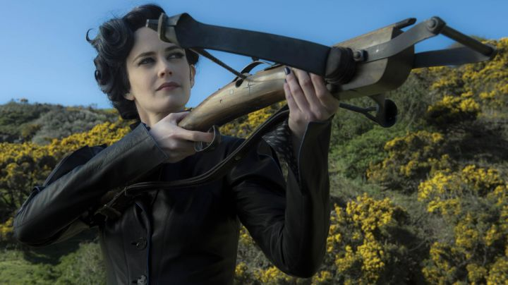 The jacket of Miss Peregrine (Eva Green) in Miss Peregrine and the Children in particular movie