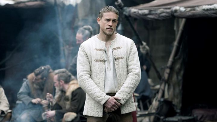 The jacket of king Arthur (Charlie Hunnam) in The king Arthur : The legend of Excalibur - Movie Outfits and Products